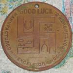 Médaille excelsior frappée par les Boy Scouts, aux côtés d'autre sportes bonheurs : fer à cheval etc.