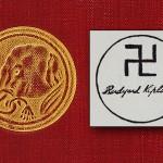 Jusque dans les années 30, une croix gammée marquait les oeuvres de Kipling, avec certainement une pointe d'indianisme.
